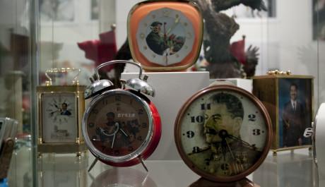 Obr: Martin Parr je známý coby vášnivý sběratel kuriozních artefaktů a suvenýrů ze svých cest. V jeho sbírce lze nalézt například mnohé tématické hodinky s originálními motivy.
