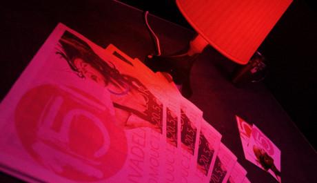 FOTO:Růžové světlo, červené lampičky a řvoucí dívky