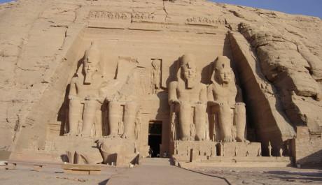FOTO: Kolosální sochy před vstupem do chrámu v Abú Simbelu