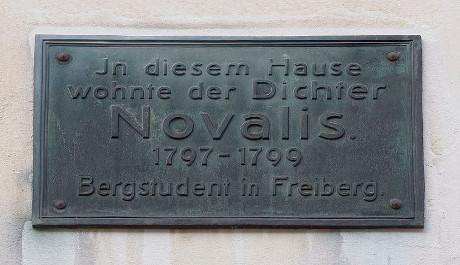FOTO: Pamětní deska na domě, kde básník bydlel
