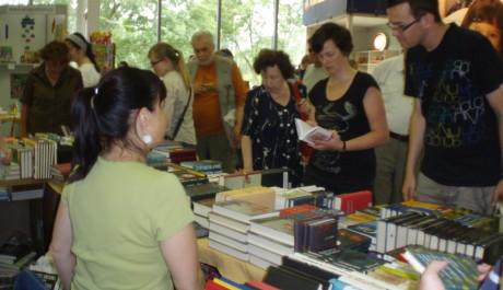Čtenáři u stánku nakladatelství Argo