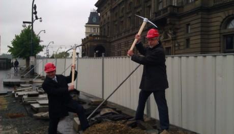 FOTO: Slavnostní výkop k rekonstrukci tunelů pod Národním divadlem