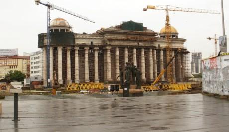 FOTO: Jeřáby obehnané historické budovy Skopje