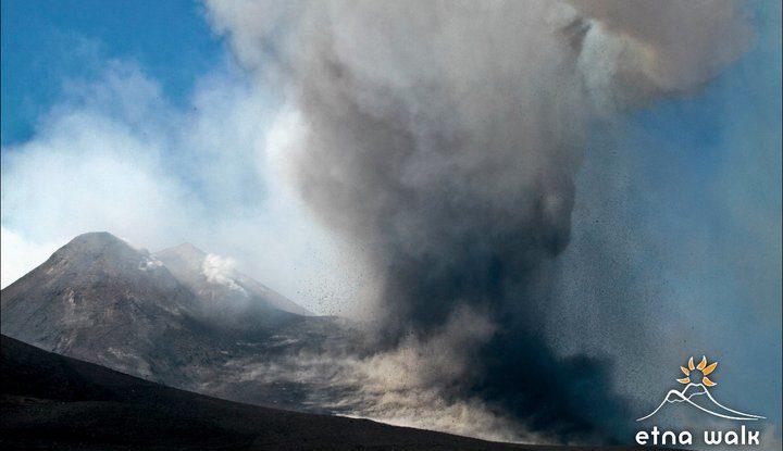 Emise popela při erupci Etny 9.7. 2011