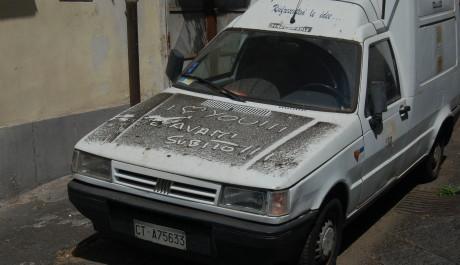 FOTO: Auto pokryté sopečným popelem