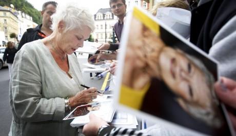 Judi Dench rozdává podpisy svým fanouškům