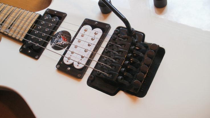 Příklad kytary s jemným dolaďováním u kobylky