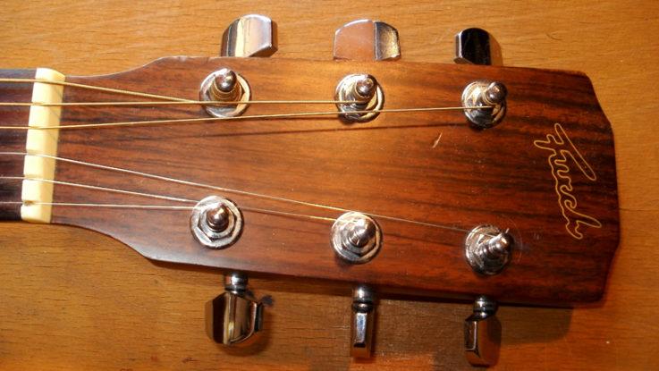 FOTO: Ladící kolíky umístěné na hlavě kytary