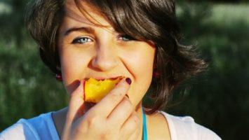 FOTO: Dívka s ovocem