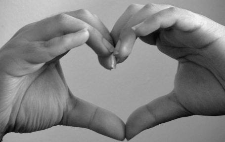 FOTO: srdce z lidských rukou