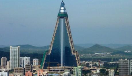 FOTO:Hotel Ryugyong se nápadně podobá bitevní lodi z Hvězdných válek