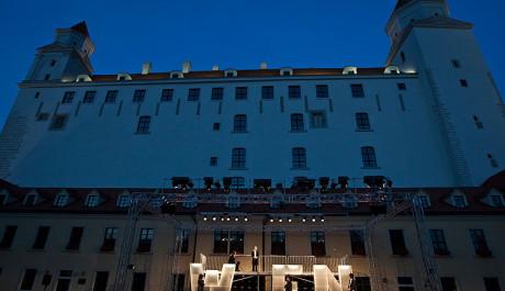 Foto: scéna inscenace Oko za oko - niečo za niečo před Bratislavským hradem