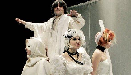 FOTO: Z inscenace Bláznovy zápisky (Východočeské divadlo)