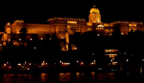 FOTO: Večerní Budapešť, pohled z pobřeží Dunaje