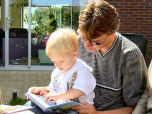 FOTO: Otec čte synovi