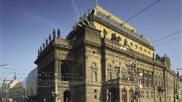 Foto: Majestátní budova Národního divadla na nábřeží