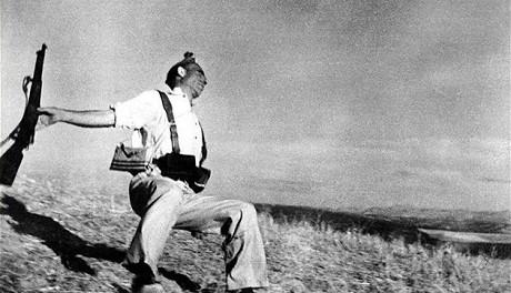 OBR: Robert Capa: Padající voják, 1936, Zdroj: galerierudolfinum.cz