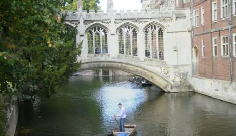 FOTO: Jeden z místních mostů a loďka s převozníkem