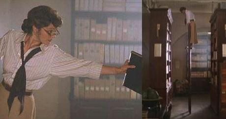 FOTO: Evelyn v knihovně zakládající knížku a na žebříku