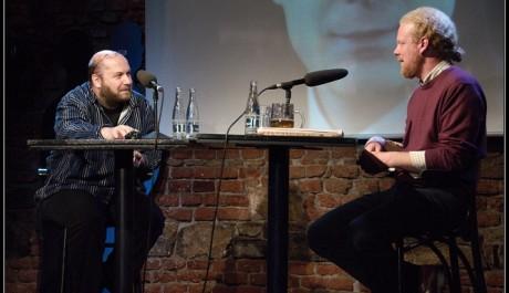 FOTO: Ekonom Tomáš Sedláček a moderátor David Hrbek