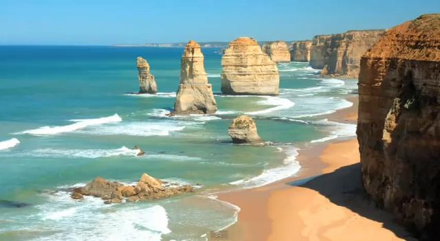 Skalní útvar Dvanáct apoštolů v Austrálii.