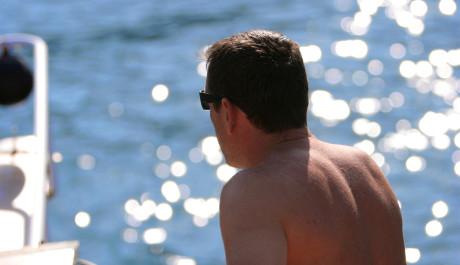 Foto: Muž sedící ma pláži