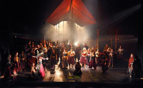 FOTO: Scéna Tomáše Moravce v plzeňském nastudování Borodinovy opery Kníže Igor