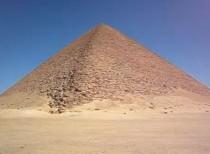 FOTO: Červená pyramida v Dahšúru, Zdroj: youtube.com