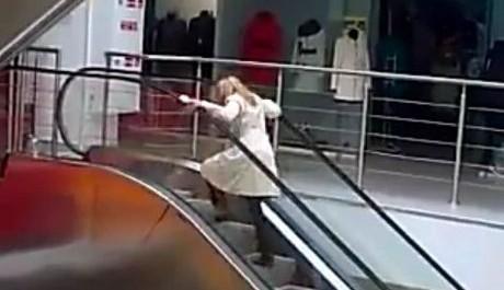 FOTO: Blondýnka na eskalátoru