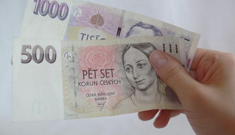 FOTO: peníze-bankovky-v-ruce