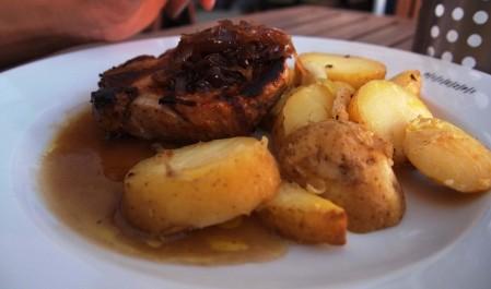 FOTO: Kotleta s brambory na loupačku a restovanou cibulkou