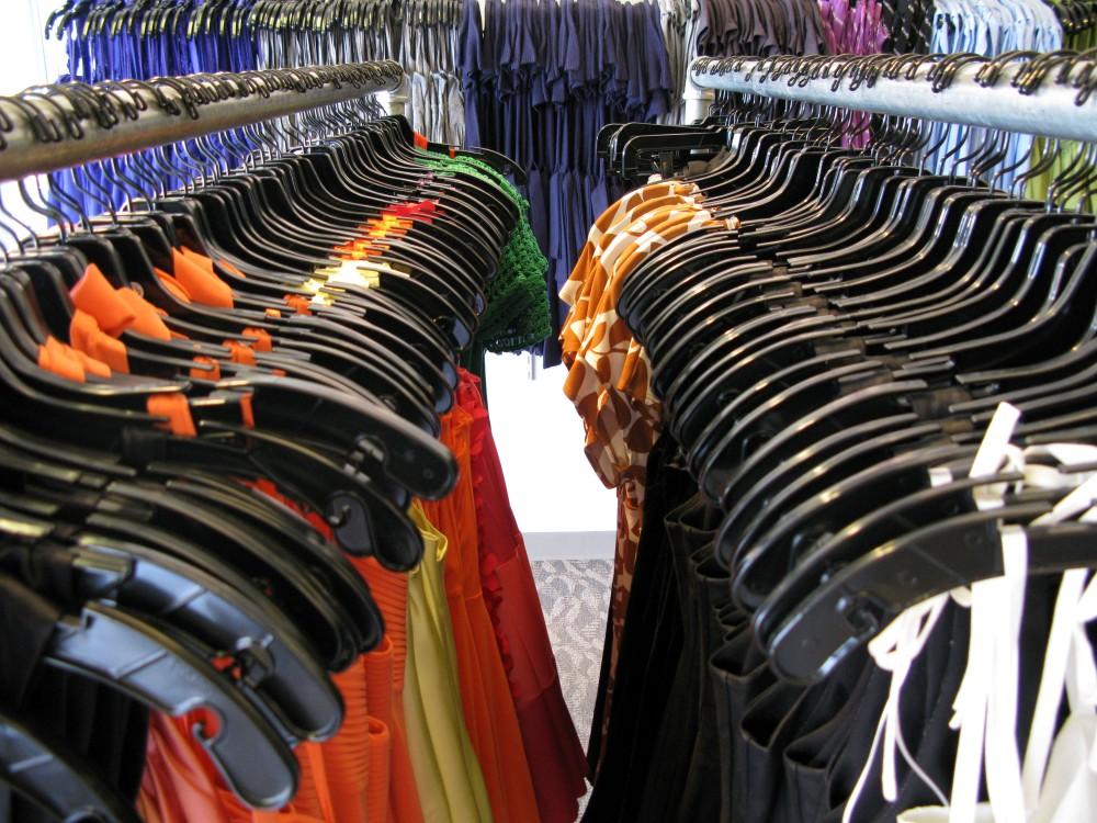 FOTO: Stojany s oblečením