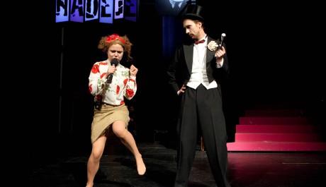 FOTO: Zuzana Onufráková s Tomášem Pavelkou v inscenaci Smíchoff/on ve Švandově divadle