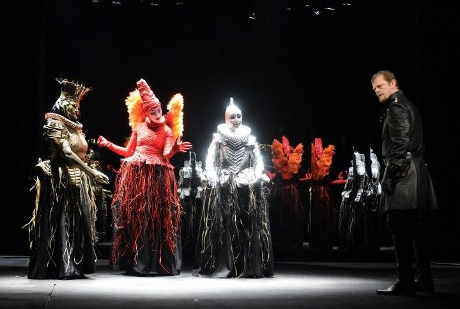 FOTO: Martin Stránský (Macbeth) ve společnosti čarodějnic v plzeňském nastudování Macbetha