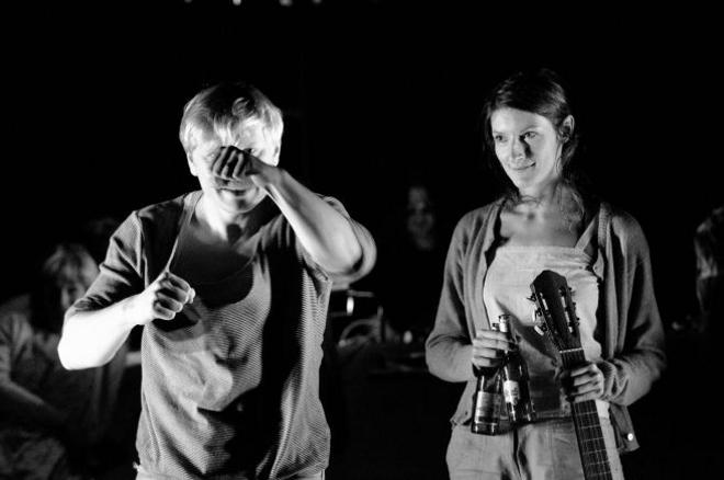 Foto: Ladislav Hampl a Jindřiška Křivánková ve hře Kolonie v Divadle Na zábradlí.