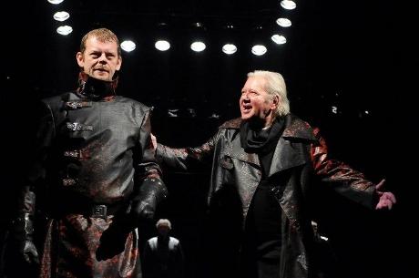 FOTO: Martin Stránský (Macbeth) a Zdeněk Mucha (Banquo) v plzeňském nastudování Macbetha