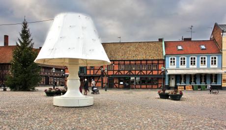 FOTO: Obří lampa láká turisty i místní obyvatele na náměstí