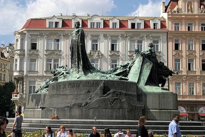 FOTO: Pomník Jana Husa na Staroměstském náměstí, Zdroj: wikipedia.com