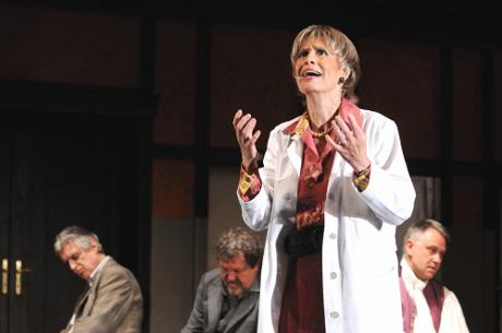 FOTO: Monika Švábová jako psychiatrička von Zahndová v Dürrenmattově hře Fyzikové