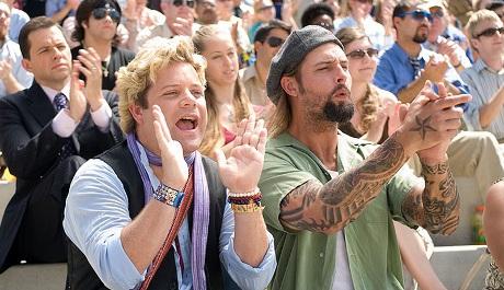 FOTO: Josh při potlesku s Seanem Astinem v komedii Tak se měj (2009)