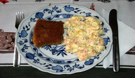 FOTO: Štědrovečerní smažený kapr s bramborovým salátem