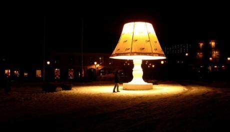 FOTO: V noci lampa ozažuje náměstí