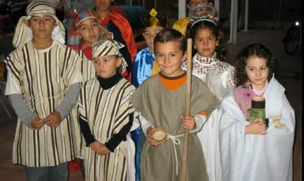"""""""Děti při mexické posadě představují poutníky jdoucí do Betléma."""""""