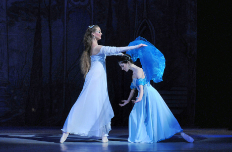 FOTO: Bílá víla a Raymonda z Glazunovova baletu Raymonda (DJKT, 2011)