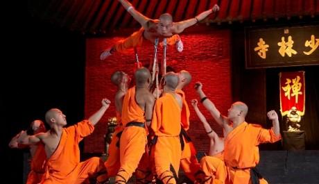 Mistři Shaolinu vystupující v Laa