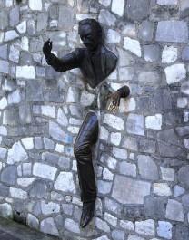 FOTO: muz který prochází zdí