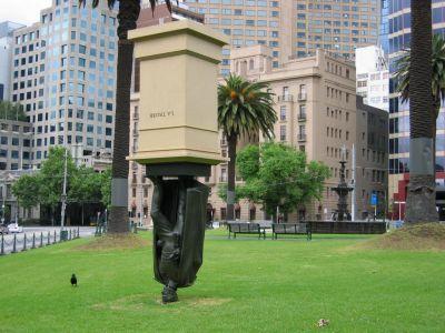 FOTO: socha postavená na hlavu v Melbourne