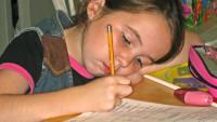 FOTO: Dítě vyplňuje pracovní sešit