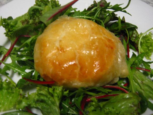 Hermelín v listovém těstě se salátem