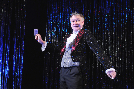 FOTO: Antonín Procházka v titulní roli své komedie Kouzlo 4D (DJKT, 2012)